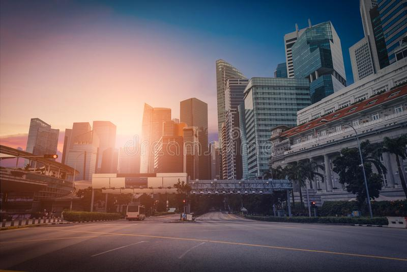 Singapore horisont och sikt av skyskrapor på Marina Bay på sunse royaltyfri fotografi