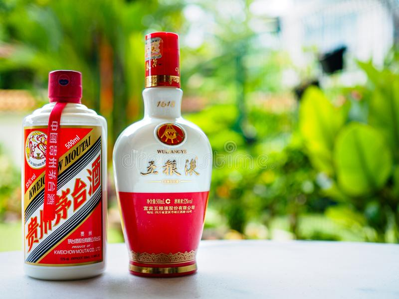 SINGAPORE, IL 29 MARZO 2019 - due bottiglie del liqour di Baijiu - una bottiglia di Maotai e una bottiglia di Wuliangye, il due p immagine stock libera da diritti