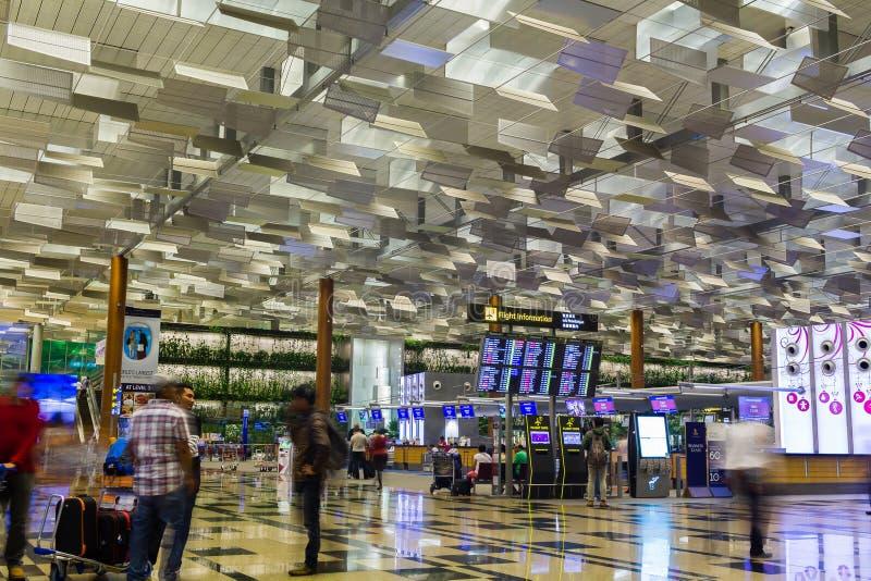 SINGAPORE - JANUARI 8, 2017: Besökare går runt om avvikelsen Hall i Changi den internationella flygplatsen, Singapore royaltyfria bilder