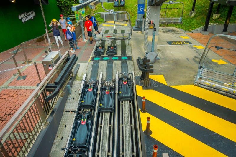 SINGAPORE, SINGAPORE - JANUARI 30, 2018: Boven mening van zwarte karren in een spoorweg in Sentosa Skyride Luge, Singapore stock foto