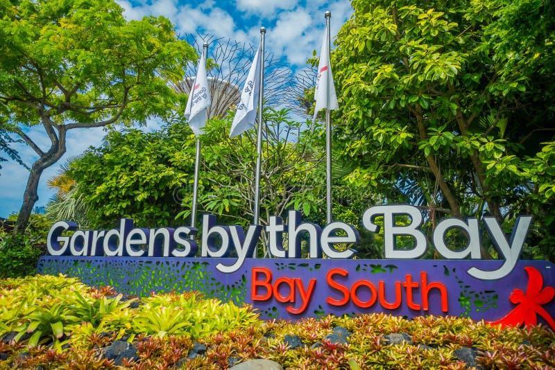 SINGAPORE, SINGAPORE - JANUARI 30, 2018: Informatief teken in dagmening van Ingang aan Tuinen door de Baai in Singapore royalty-vrije stock fotografie
