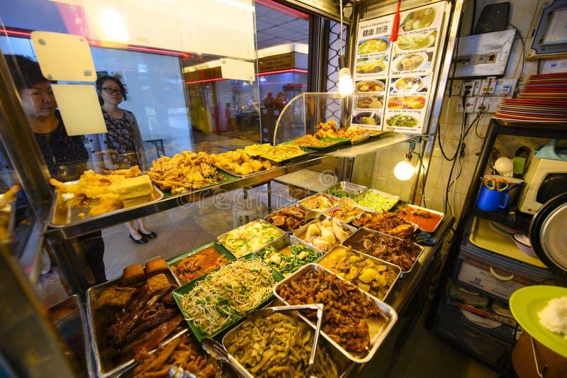 Singapore, Singapore - Januari 30, 2019: Keus van voorbereid voedsel in koffie bij het voedselhof in Singapore stock fotografie