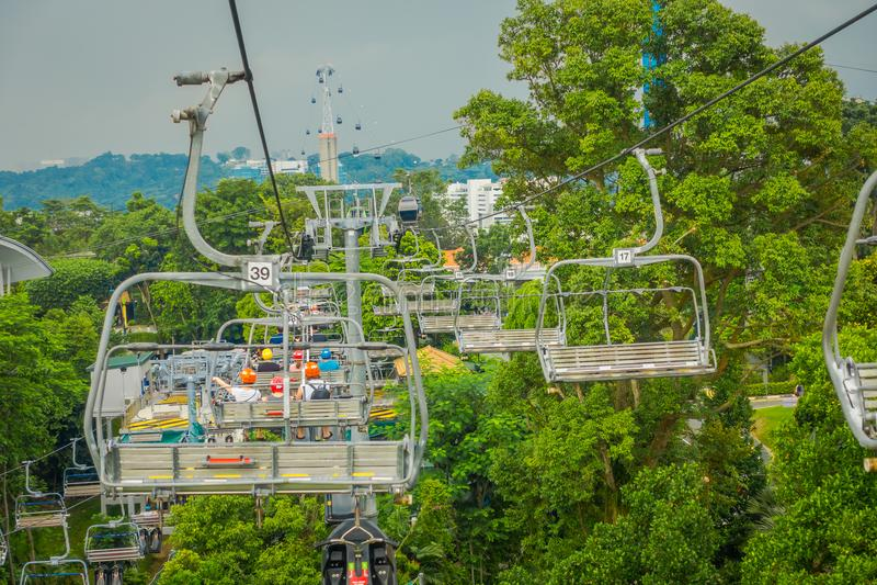 SINGAPORE, SINGAPORE - JANUARI 30, 2018: Openluchtmening van de Kabelwagen en Horizon Luge, Singapore van Singapore Sentosa royalty-vrije stock foto