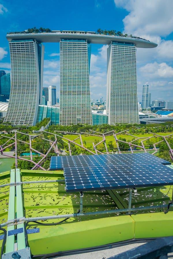SINGAPORE, SINGAPORE - JANUARI 30, 2018: Sluit omhoog van zonnepaneel met een mooi landschap van drie torens van stock foto's