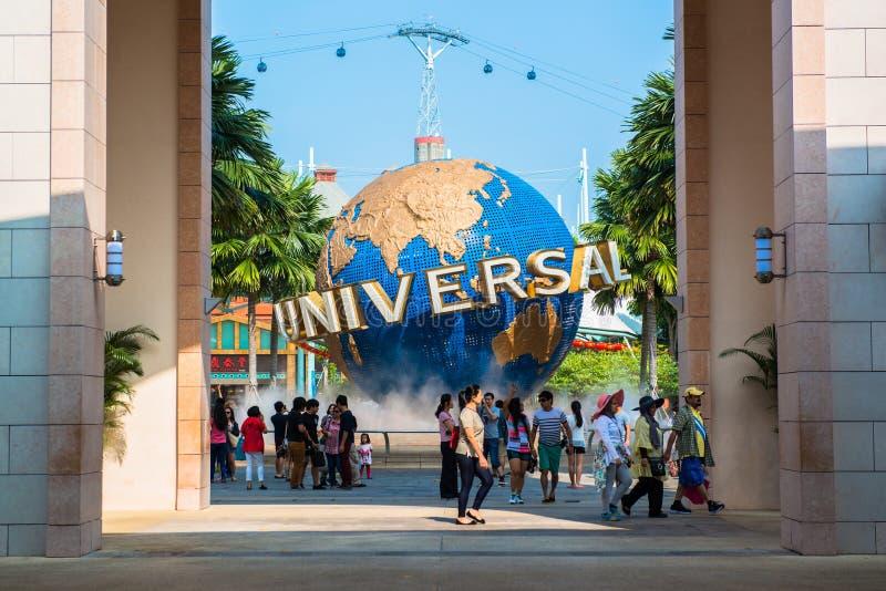 SINGAPORE - JANUARI 26 Toeristen en de bezoekers die van het themapark beelden van de grote roterende bolfontein nemen voor Algem royalty-vrije stock afbeelding