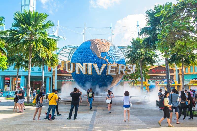SINGAPORE - JANUARI 13 Toeristen en de bezoekers die van het themapark beelden van de grote roterende bolfontein nemen voor Algem royalty-vrije stock foto's