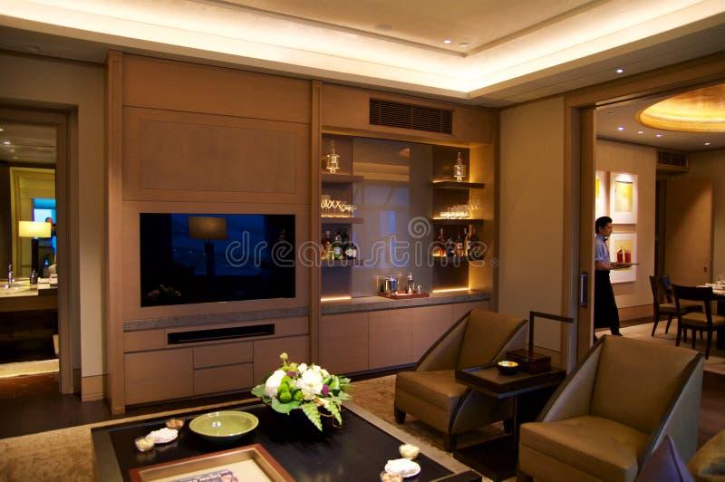 SINGAPORE - JULI drieëntwintigste, 2016: de ruimte van het luxehotel met moderne binnenlands en een LCD TV royalty-vrije stock foto's