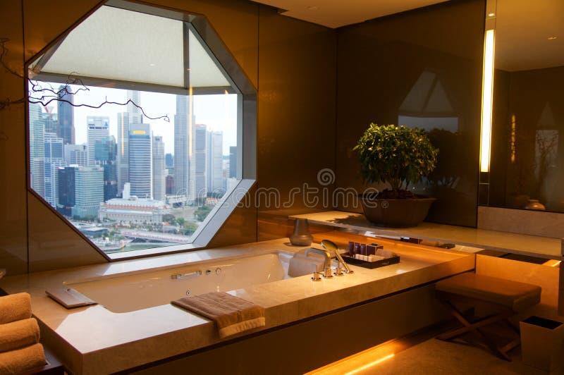 SINGAPORE - JULI 23rd, 2016: lyxigt hotellrum med den moderna inre, härlig stor badrummarmor royaltyfria bilder
