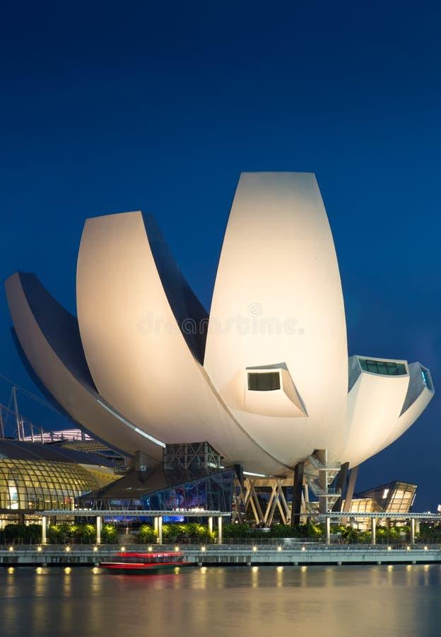 SINGAPORE-JUN 07 2017年:小游艇船坞海湾新加坡科技馆在夜 免版税图库摄影
