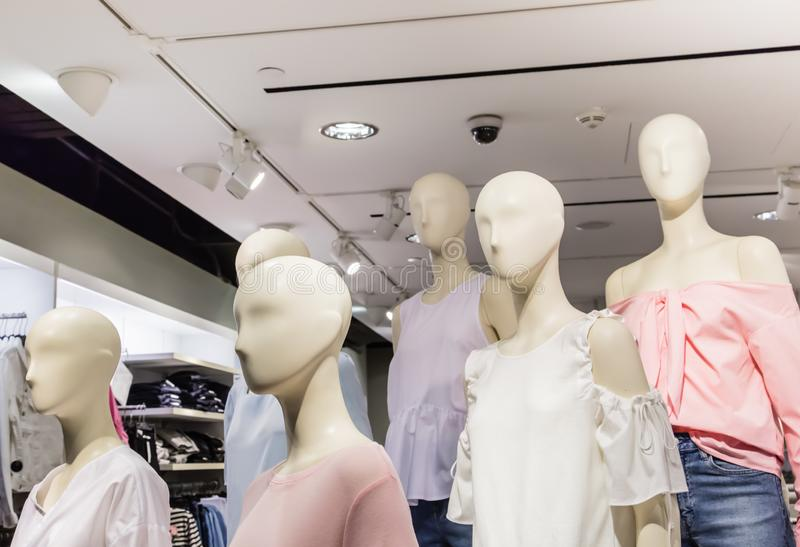 Singapore-JUN 26 2017: de mannequin toont in winkel stock fotografie