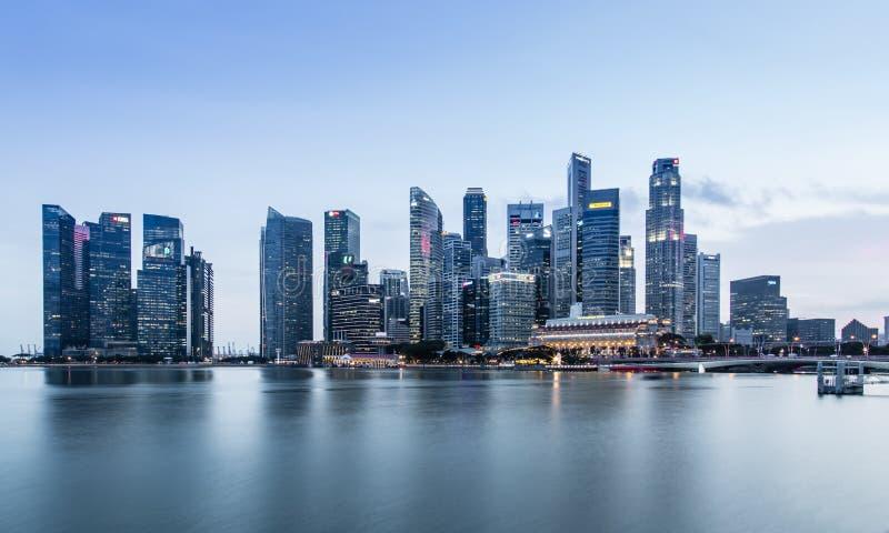 SINGAPORE-JUN 07 2017: Natt f?r horisont f?r omr?de f?r Singapore marinaBay City k?rna arkivfoton
