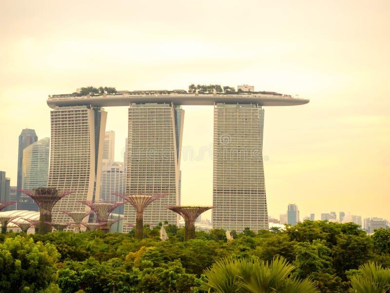SINGAPORE - JUNI 23, 2018: Het hotel en supertree van Marina Bay Sands in avondtijd royalty-vrije stock foto's