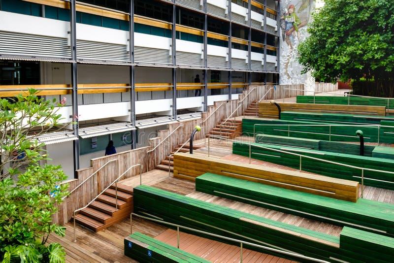 Singapore-27 JUNI 2019: Singapore möjliggöra den offentliga utomhus- terrassetappen för by med byggnad fotografering för bildbyråer