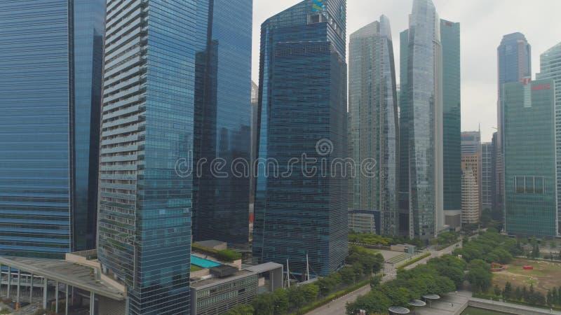 Singapore - Juni, 2018: Marina Bay Financial Centre i Singapore skjutit Det består av tre kontorstorn, två royaltyfri foto