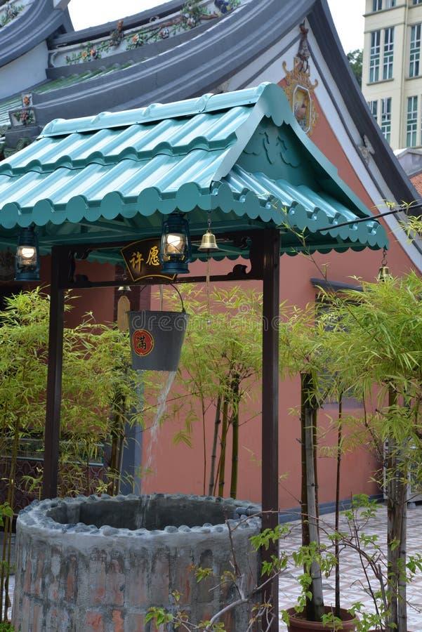 Singapore, kinesisk tempelbrunn för gammal stad och bambuväxter arkivfoto