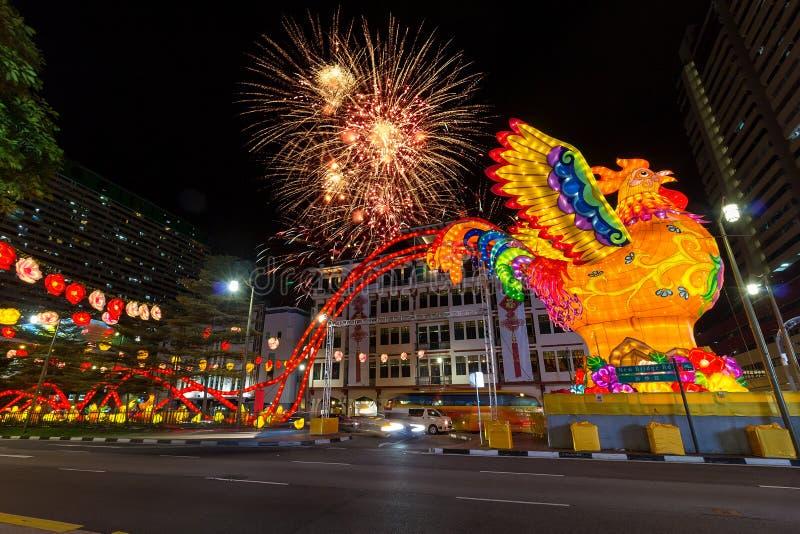Singapore kineskvarter 2017 kinesiska fyrverkerier för nytt år royaltyfri bild