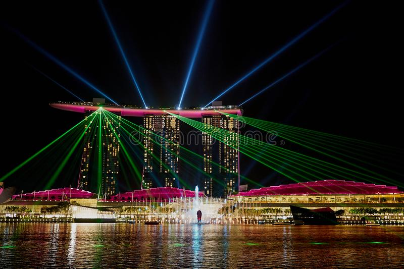SINGAPORE - Laser-showen på Marina Bay Sands royaltyfria bilder