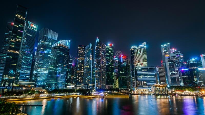 2019-07-15 - Singapore Luci sopra! L'orizzonte dell'abbagliamento Singapore scintilla alla notte fotografia stock libera da diritti