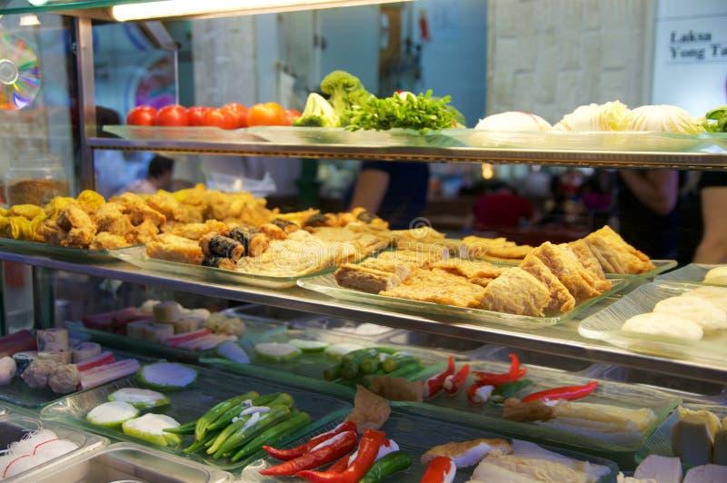 SINGAPORE - 23 luglio 2016: Alimento della via, vetrina del ristorante Carne fritta con le verdure a Lau Pa Sat Festival fotografia stock