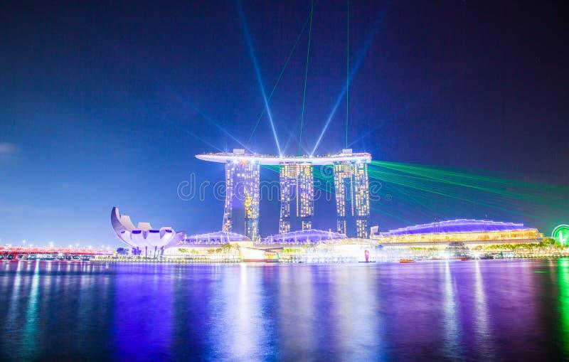 SINGAPORE, SINGAPORE - MAART 2019: Skyline of Singapore Marina Bay 's nachts tijdens de lichtshow over Marina Bay Zanden royalty-vrije stock foto's