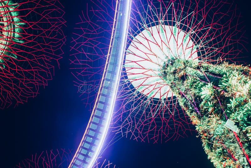 SINGAPORE, SINGAPORE - MAART 2019: Supertree Grove & OCBC Skyway verlicht voor lichtshow in tuinen door de baai stock afbeeldingen