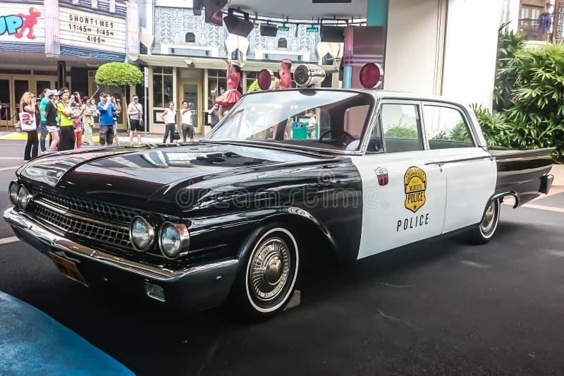 Singapore - 25 maggio 2019: Vecchio volante della polizia d'annata con coloritura in bianco e nero parcheggiato sulla via Parte d immagini stock