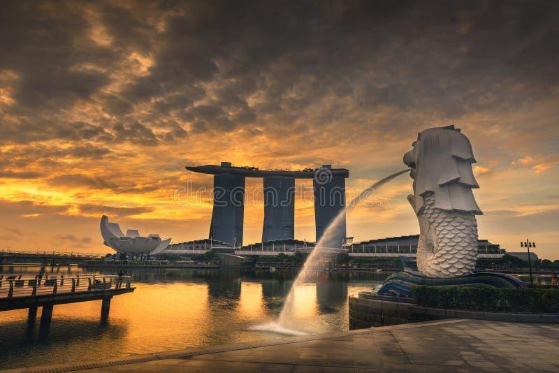 SINGAPORE - Maj 25, 2017: Singapore cityscape på soluppgångplats , Singapore Marina Bay cityscape arkivfoton