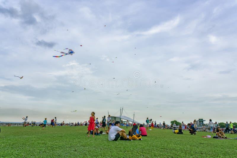 Singapore - Maj 25, 2018: Folk, familys och barn som spelar w fotografering för bildbyråer