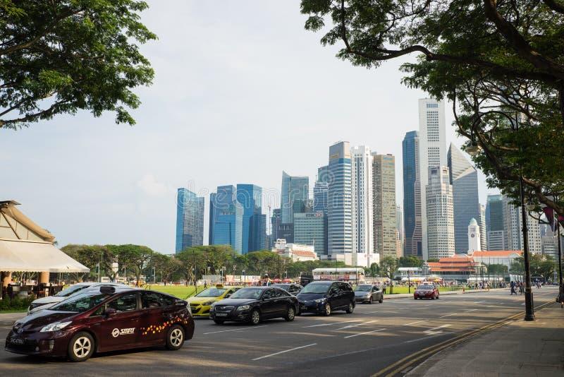 Singapore - Maj 1 2016: Singapore landskap med bilar på gatan och höga affärsbyggnader på backgroud royaltyfri bild