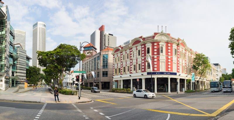 Singapore - Maj 1 2016: Panoramagatasikt av den Stamford genomskärningen med det Singapore ledninguniversitetet fotografering för bildbyråer