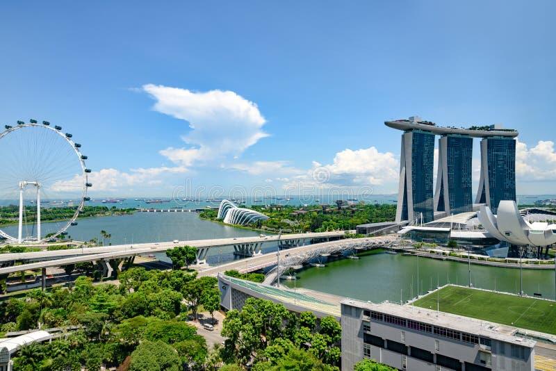 Singapore Marina Bay, flyg- sikt med Singapore Fleyer, Marina Bay Sands Hotel och trädgårdar vid fjärden och det ArtScience mu royaltyfri fotografi