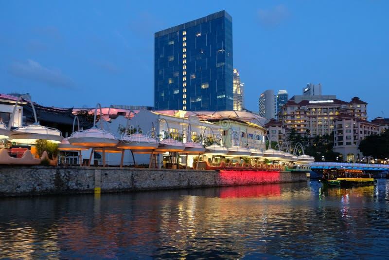 SINGAPORE - Mars 7, 2019: Färgrik ljus byggnad på natten i Clarke Quay, Singapore Clarke Quay är en historisk flodstrandqua arkivbild