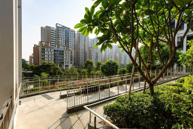 SINGAPORE-23 MARS 2019: Singapore för oasterrassbyggnad ny fasad för mitt och för poliklinik för grannskap royaltyfria bilder
