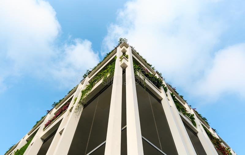 SINGAPORE-23 MARS 2019: Singapore för oasterrassbyggnad ny fasad för mitt och för poliklinik för grannskap royaltyfri fotografi