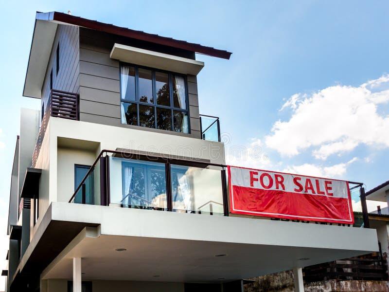SINGAPORE 15 MARS 2019 - offcentre sikt för låg vinkel av ett hus som är till salu med rött arkivfoton