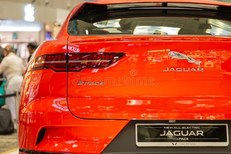 Singapore Mars 2019 Orange Jaguar Jag-hastighet all elektriska SUV taillights stamdörr och bakre kamera under stötdämparen isolat royaltyfria foton
