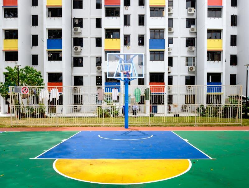Singapore-02 MARS 2019: Sinapore hdbfasad och den utomhus- basketlekplatsen arkivbilder