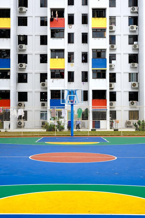 Singapore-02 MARS 2019: Sinapore hdbfasad och den utomhus- basketlekplatsen royaltyfri fotografi