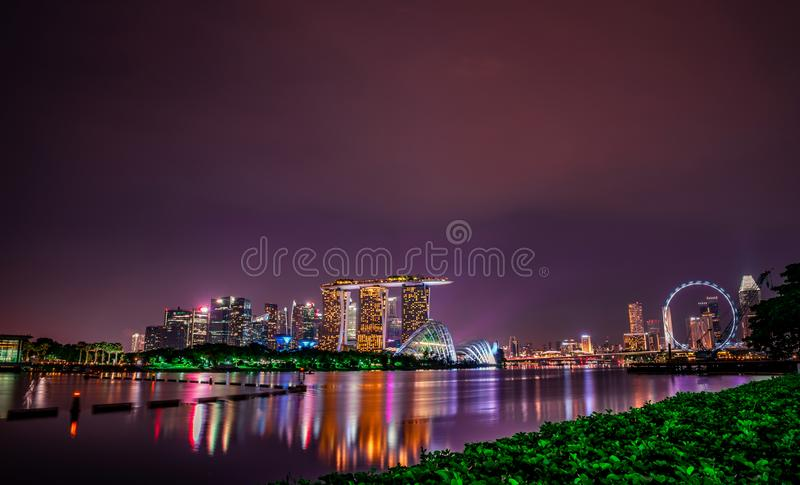 SINGAPORE-MAY 18, 2019: Cityscape Singapore modern och finansiell stad i Asien Marinafj?rdgr?nsm?rke av Singapore f?r bildinstall royaltyfria foton