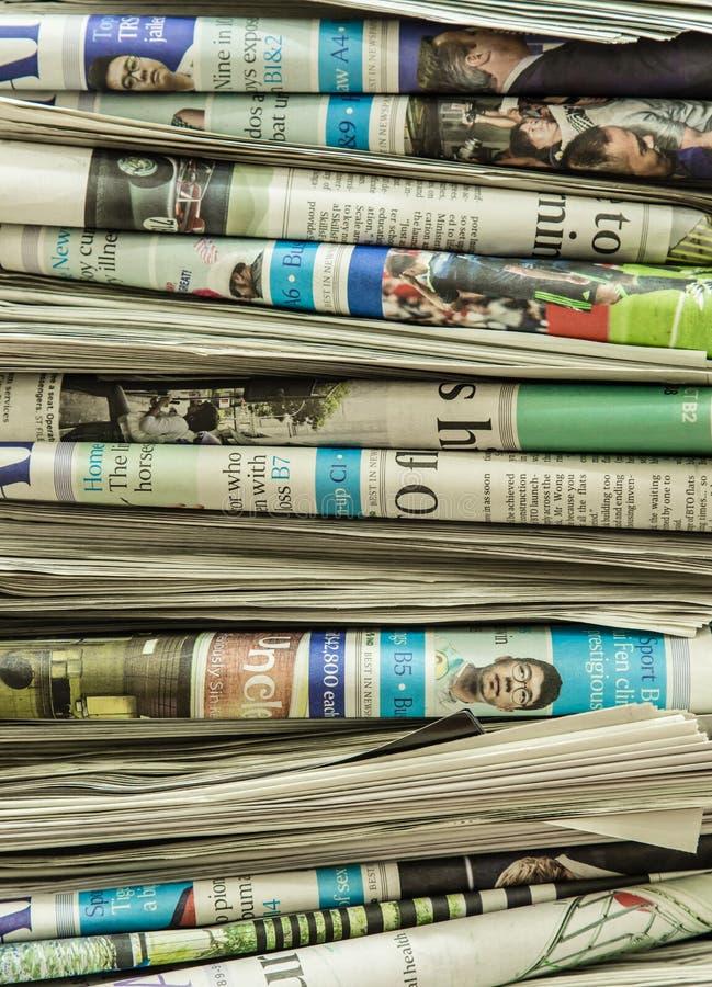 SINGAPORE-MAY 12 2017: massor av nyheternapappersbakgrund royaltyfria bilder
