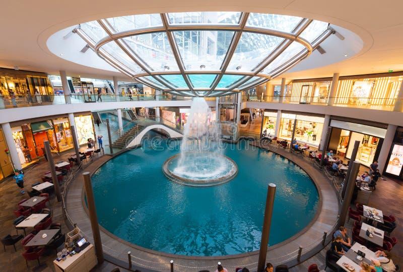SINGAPORE - MEI 01, 2018: Winkelcomplex in Marina Bay Sands Resor royalty-vrije stock afbeelding