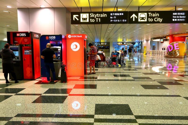 Singapore: Mensen die ATM gebruiken stock afbeeldingen