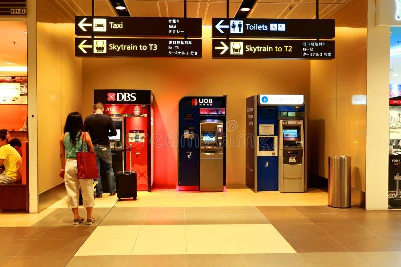 Singapore: Mensen die ATM gebruiken stock foto's