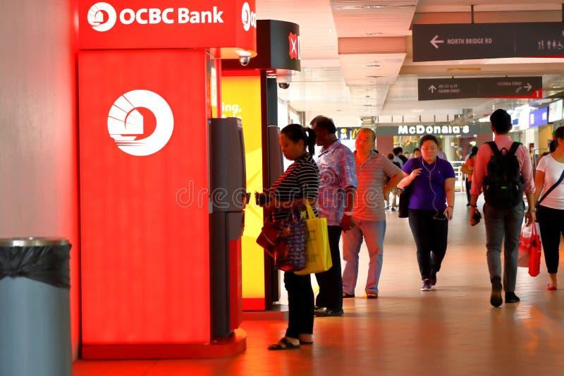 Singapore: Mensen die ATM gebruiken stock foto