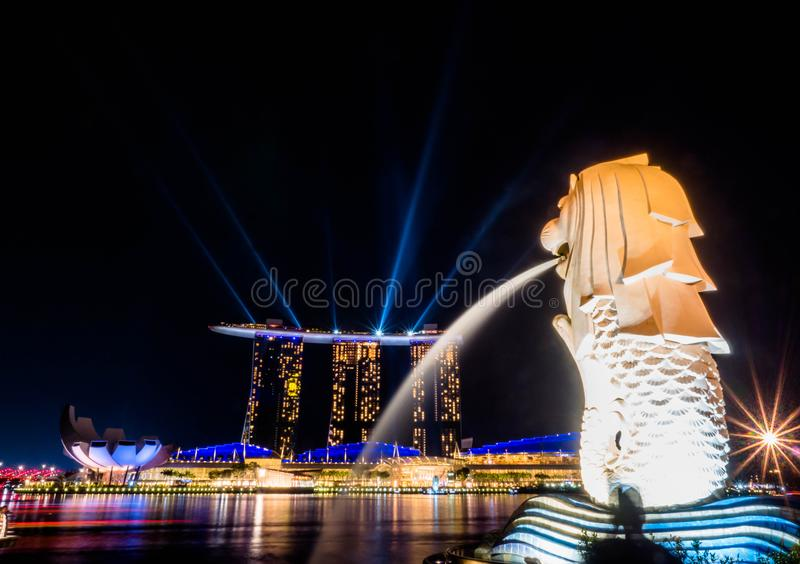 SINGAPORE - 22 NOV., 2018: De Merlion-fontein spuit water voor het Marina Bay Sands-hotel in Singapore Deze fontein is royalty-vrije stock foto