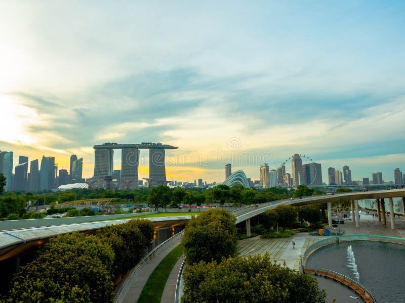 SINGAPORE - NOVEMBER 25, 2018: Bästa sikt av den Marina Barrage taköverkanten i aftonen Marina Barrage är ett ställe av rekreatio arkivfoton