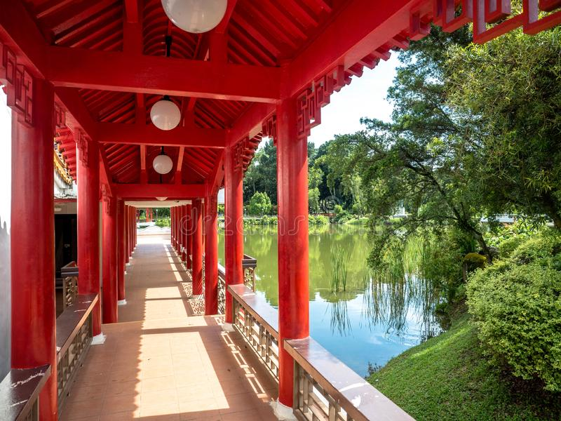 Singapore November 26, 2018: Traditionella kinesiska paviljonger på sjön på den kinesiska trädgård sjön, bron och den tvilling- p royaltyfri foto
