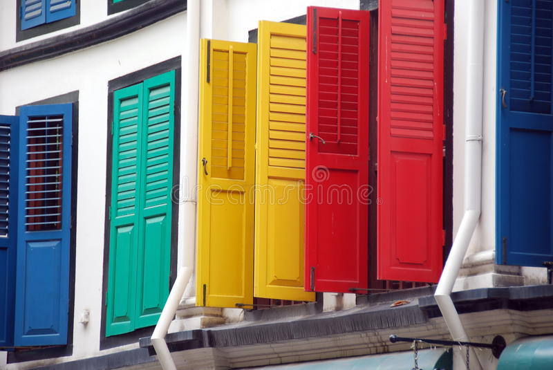 Singapore: Obturadores coloridos em Chinatown fotos de stock