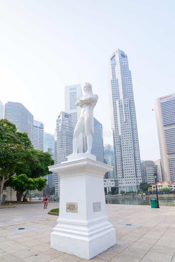 SINGAPORE-OCT 19, 2014: Staty av Sir Tomas Stamford Raffles intelligens royaltyfria foton