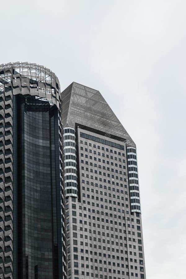 Singapore - 14 OKTOBER 2018 Modern seende skyskrapa i den Singapore för affärsområde mitten under den molniga och regniga dagen arkivfoton